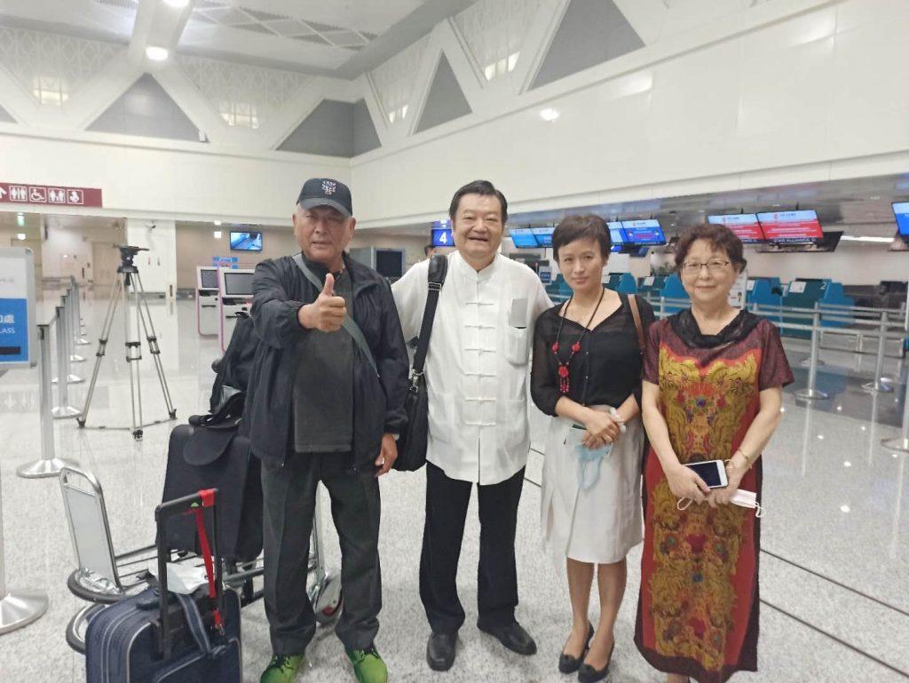 魏市長與任社長在桃園機場報到後留影