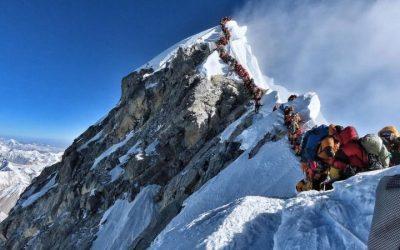 想攀登第一高峰,山上擁堵 及登山死亡勢必面臨的風險!